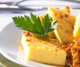 Parmesan-Polenta-Rauten als Beilage zu Tomaten-Paprika-Pisto