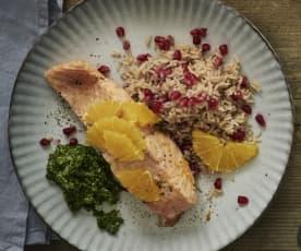 Filetto di salmone con riso alla cannella e pesto di valeriana
