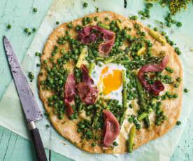 Piza de espargos e ervilhas com ovo estrelado