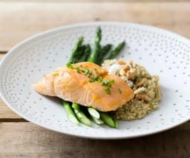 Filetti di salmone con grano saraceno e asparagi