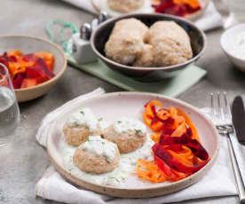 Kuličky z krůtího masa se zeleninovými tagliatelle a omáčkou tzatziki