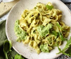 Frische Pappardelle mit Rucola-Ricotta-Pesto