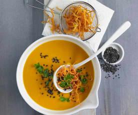 Curry-Kürbissuppe mit Karottenstroh