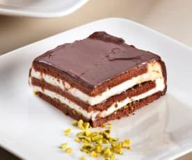 Pastel de chocolate y queso con pistachos