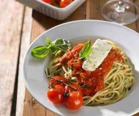 Knoblauch-Spaghetti mit Robiola, Basilikum-Tomaten-Sauce und Ofentomaten