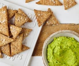 Crackers integrali con crema di avocado
