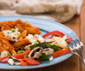 Tomaten-Nudeln mit Gemüse und Feta
