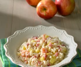 Risotto con gambas, salchichas y manzana