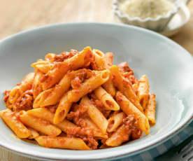 Pasta al pomodoro, prosciutto e salame piccante