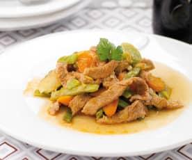 Tirinhas de porco salteadas com legumes