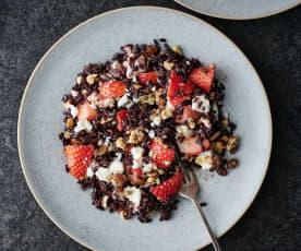 Salada de arroz preto com morango e feta