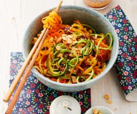 Gemüsespaghetti mit Sesam-Erdnuss-Sauce