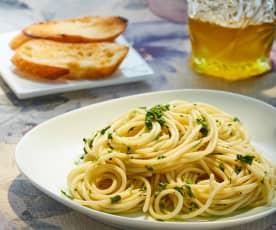 Espagueti con aceite de oliva, ajo y perejil