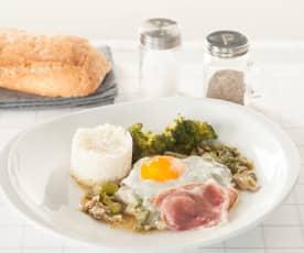 Huevos con jamón, verduras y arroz
