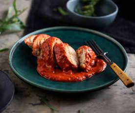 Pechugas de pollo rellenas con salsa de pimientos asados (Al vacío)