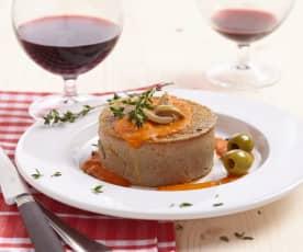Gâteau de foie de volaille et coulis de tomate aux olives