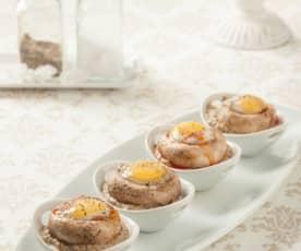 Huevos de codorniz en champiñón sobre salsa duxelles