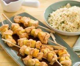 Brochetas de pollo y piña con cuscús