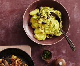 Kartoffelsalat mit Oliven und Salsiccia-Frikadellen