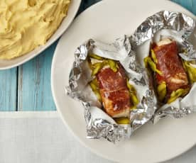 Papelotes de garoupa, presunto e espargos com puré de batata-doce