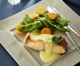 Salmón con salsa de mango, judías verdes y zanahorias
