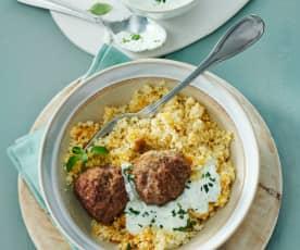 Fleischbällchen mit Couscous und Minzjoghurt