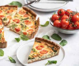 Pełnoziarnista tarta z łososiem, szpinakiem i pomidorkami