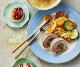 Sopa de verduras con pasta. Paleta de cerdo rellena y verduras. Pudins y muffins