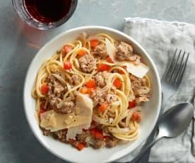 Espaguetis con salchichas frescas y pimiento rojo