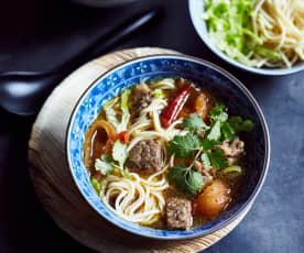 Rindfleischsuppe mit Nudeln (红烧牛肉面)