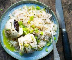 Poulet et pruneaux roulés, riz aux oignons