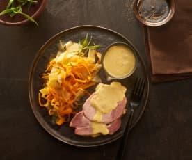 Kasseler mit Möhren-Spitzkohl-Gemüse und Senf-Hollandaise