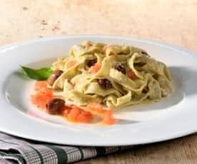Basilikum-Tagliatelle mit Oliven-Tomaten-Sauce