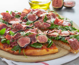 Pizza de cerveza con jamón ibérico, higos y rúcula