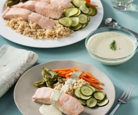 Salmón con arroz integral y verduras con salsa de eneldo