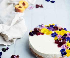 Cheesecake de melocotón con flores comestibles