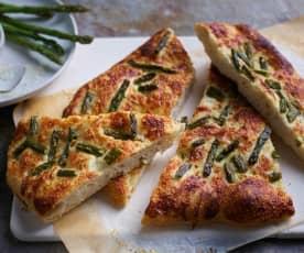 Focaccia de espargos verdes e queijo parmesão