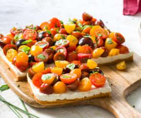 Tarta de tres quesos y tomates cherrys