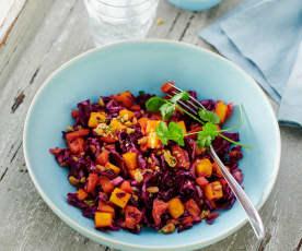 Rotkohl-Mango-Salat mit Koriander und Erdnüssen