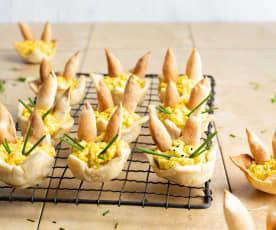 Salade d'oeufs dans un nid de Pâques croustillant