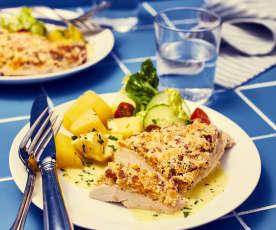 Putenschnitzel mit Mandel-Aprikosen-Kruste und Kartoffeln