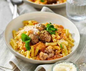 Makkaroni mit Fleischbällchen und Tomaten-Oliven-Sauce