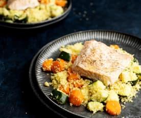 Filetti di salmone e cous cous con verdure e salsa alla curcuma