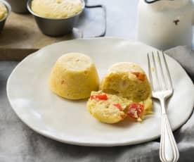 Muffins de huevo y patatas fritas con pimiento y cebolla