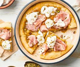 Pizza mit Pistazienpesto, Stracciatella Käse und Mortadella