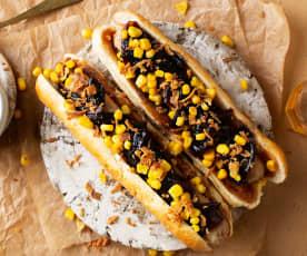 Hot dog con salchicha de carne y cebolla caramelizada