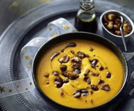 Kürbis-Apfel-Suppe mit gerösteten Maronen