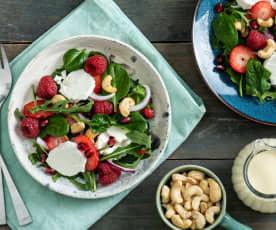 Ensalada de rúcula, frutos rojos y queso de cabra con anacardos
