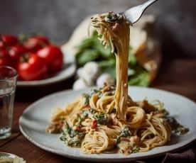 Vegane Mandel-Pasta mit Spinat