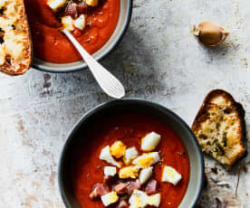Soupe de tomates au jambon et aux œufs